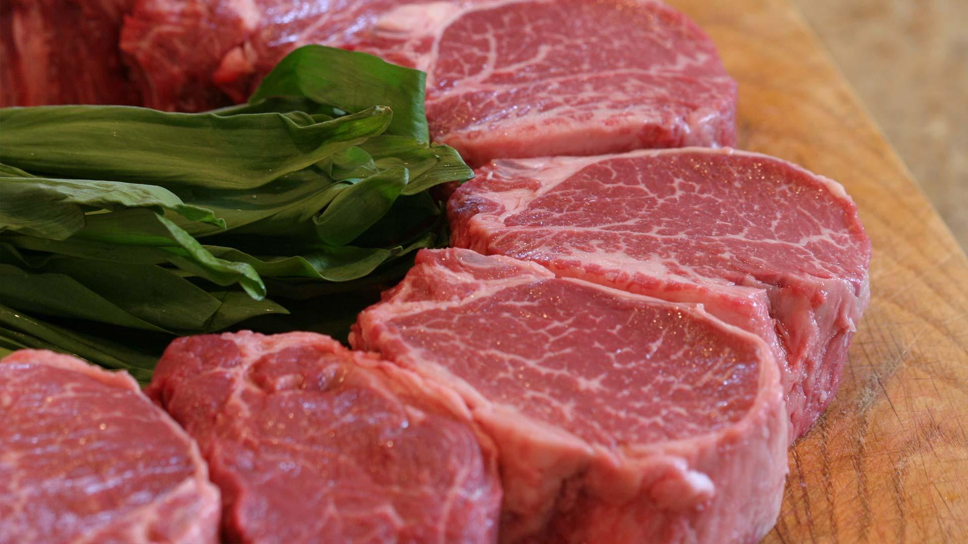 Большой ассортимент мясных полуфабрикатов и свежемороженого мяса